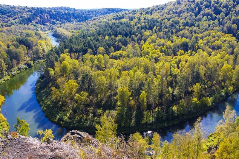 Download Autumn Landscape Vue De La BERD Sibérienne De Rivière, De La Roche Photo stock - Image du d0, zone: 77153870