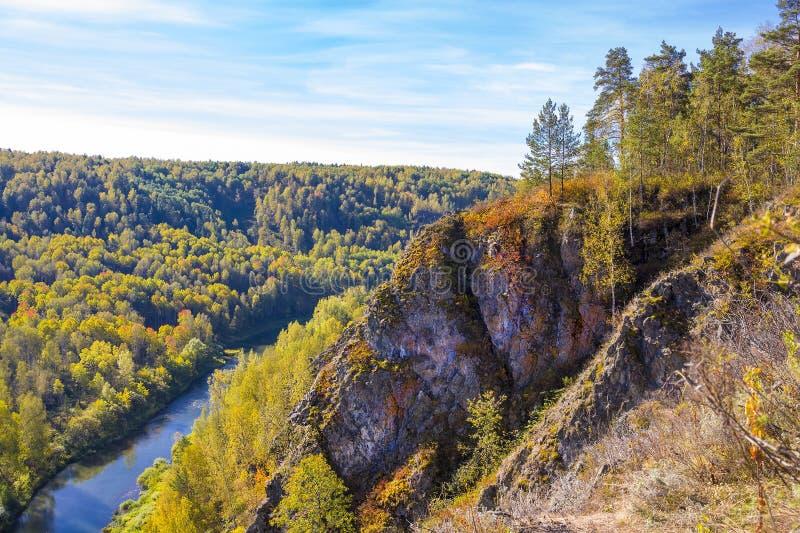 Download Autumn Landscape Vue De La BERD Sibérienne De Rivière, De La Roche Photo stock - Image du near, horizontal: 77153878
