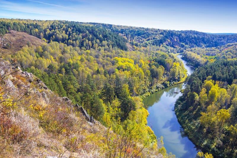 Download Autumn Landscape Vue De La BERD Sibérienne De Rivière, De La Roche Photo stock - Image du forêt, ensoleillé: 77154472