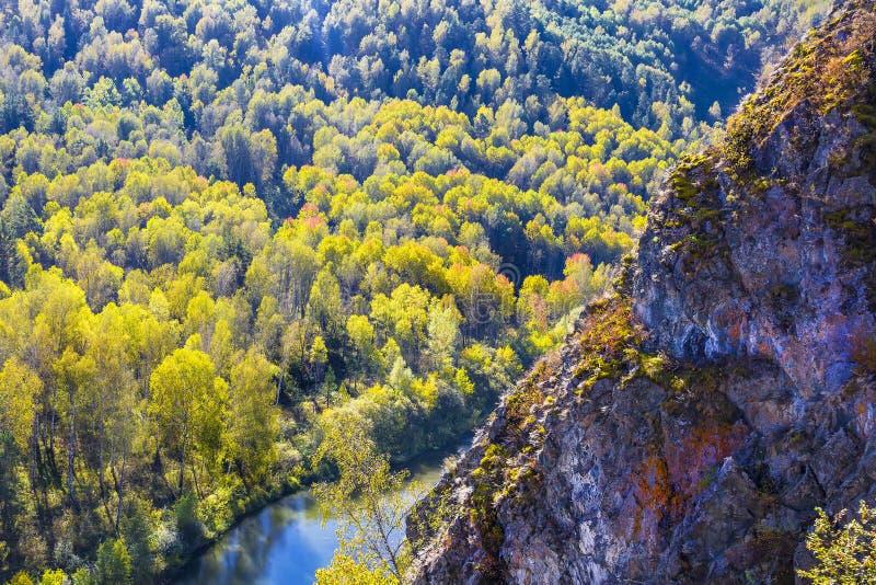 Download Autumn Landscape Vue De La BERD Sibérienne De Rivière, De La Roche Image stock - Image du siberia, côtes: 77154589