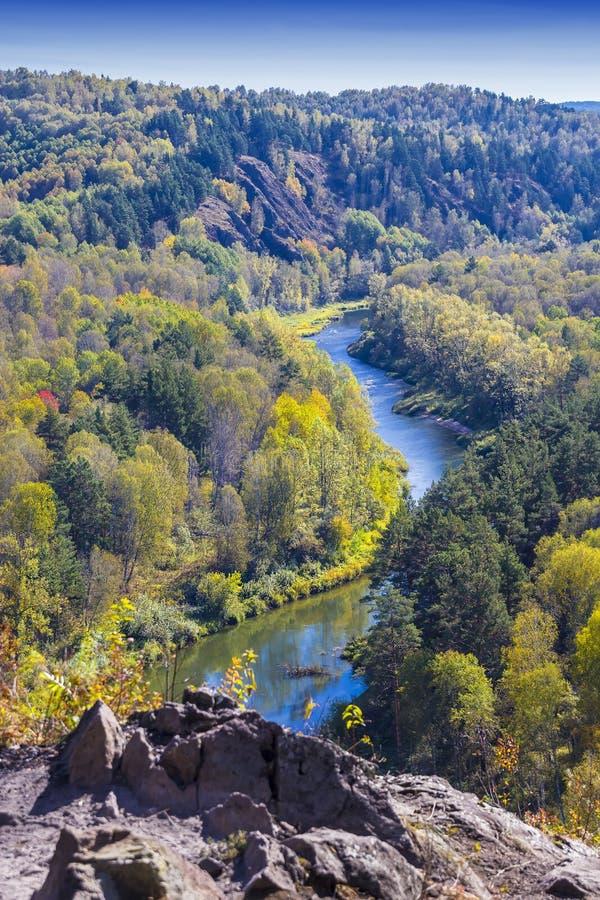 Download Autumn Landscape Vue De La BERD Sibérienne De Rivière, De La Roche Photo stock - Image du feuillage, septembre: 77154606