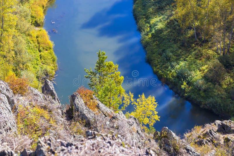 Download Autumn Landscape Vue De La BERD Sibérienne De Rivière, De La Roche Photo stock - Image du ensoleillé, tourisme: 77155846