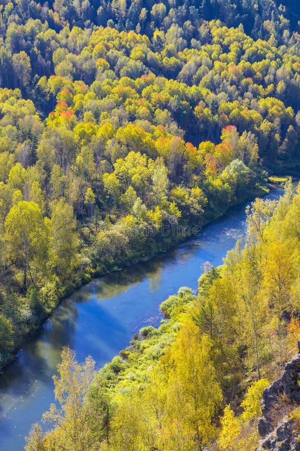 Download Autumn Landscape Vue De La BERD Sibérienne De Rivière, De La Roche Photo stock - Image du monument, arête: 77156134