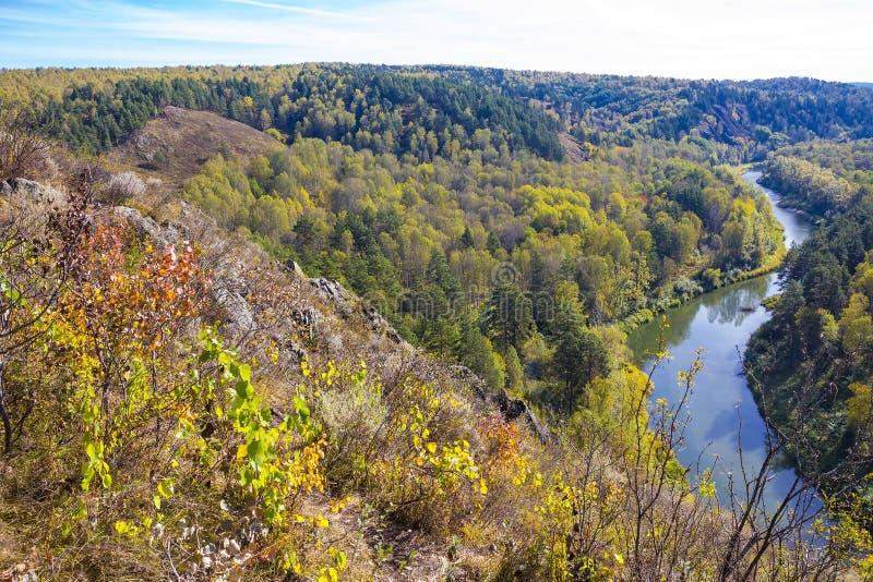 Download Autumn Landscape Vue De La BERD Sibérienne De Rivière, De La Roche Image stock - Image du nature, montagnes: 77156539