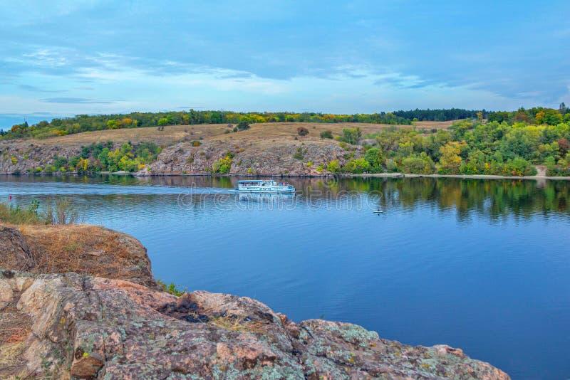 Autumn landschap met Dnipro River, Khortytsia Island, Zaporizhzhia, Oekraïne stock afbeelding