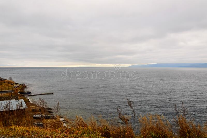 Autumn landschap Op de kust van het meer in november in Baikal stock foto's