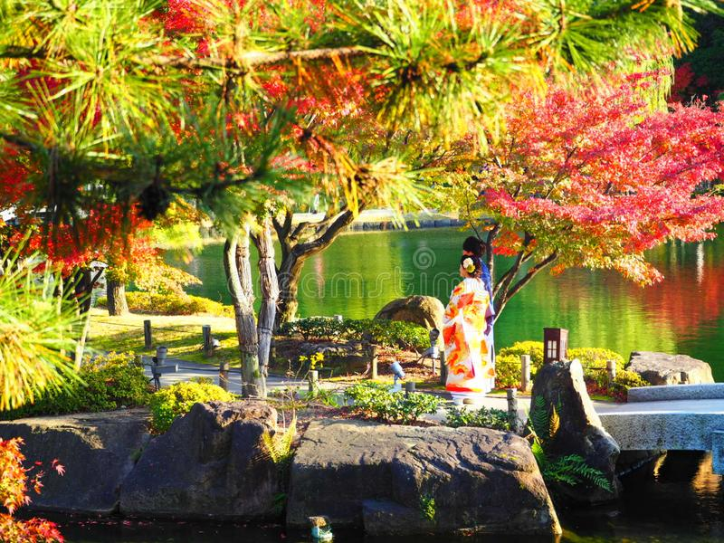Autumn Leaves e una donna in kimono immagine stock libera da diritti
