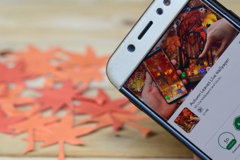 Autumn Leaves Live Wallpaper App auf Smartphone-Schirm lizenzfreie stockfotos