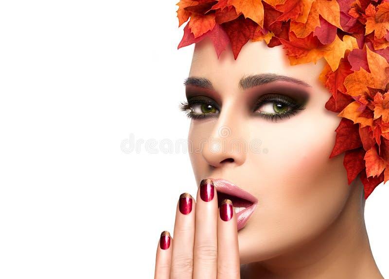 Autumn Makeup en Spijker Art Trend Het meisje van de schoonheidsmanier stock foto
