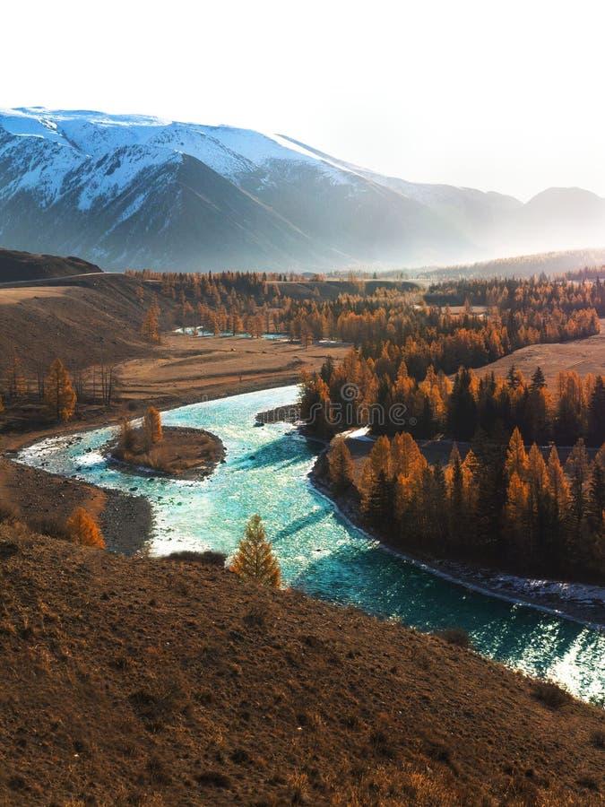 Autumn Mountain avec la vue de lac et feuillage coloré dans la forêt images libres de droits