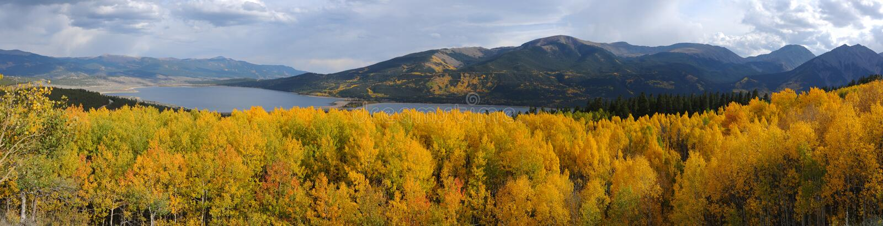 Autumn Mountain Lake View panoramique photographie stock libre de droits