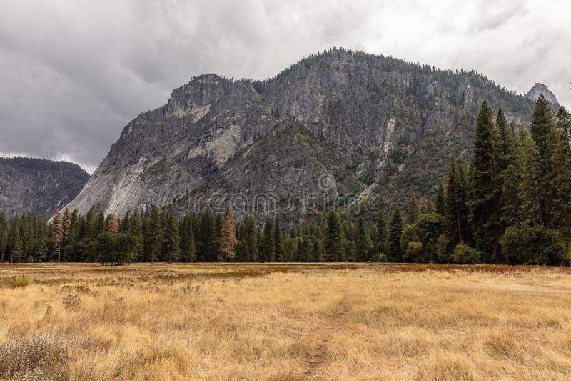 Autumn Mountain View en parc national de Yosemite image stock