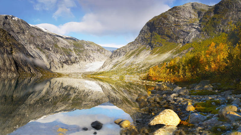 Autumn Mountains, glaciar de Nigard, lago, Noruega fotografía de archivo