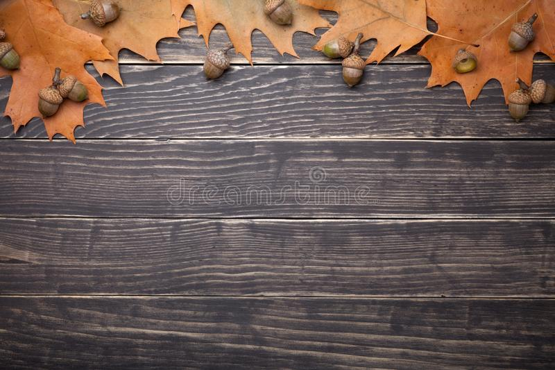 Autumn Oak Leaves And Acorns sulla Tabella di legno fotografie stock