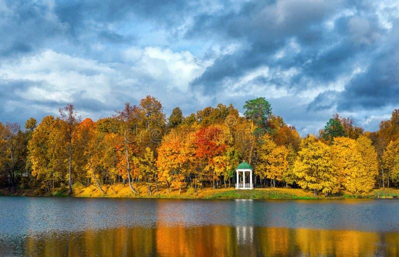 Autumn Park et l'étang image libre de droits