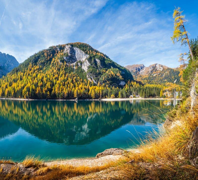 Lac alpin paisible d'automne Braies ou Pragser Wildsee Parc national de Fanes-Sennes-Prags, Tyrol du Sud, Alpes des Dolomites, It photographie stock