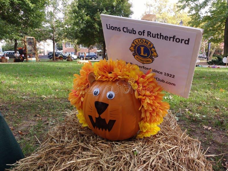 Autumn Pumpkin lindo, calabaza adornó como león, Rutherford, NJ, los E.E.U.U. imagen de archivo libre de regalías