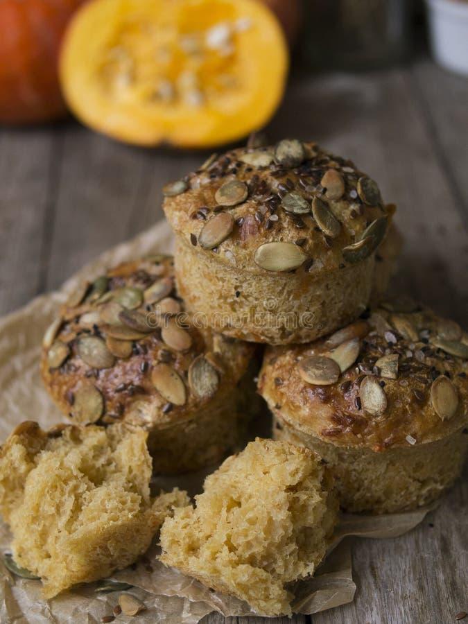 Autumn Pumpkin Muffins casalingo con formaggio, paprica e sale marino pronti da mangiare su fondo di legno Spazio della copia, fi fotografia stock