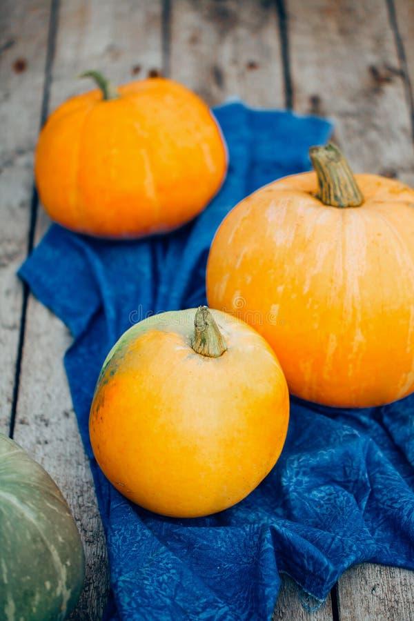 Autumn Pumpkin Thanksgiving Background - abóboras alaranjadas sobre a tabela de madeira fotografia de stock royalty free