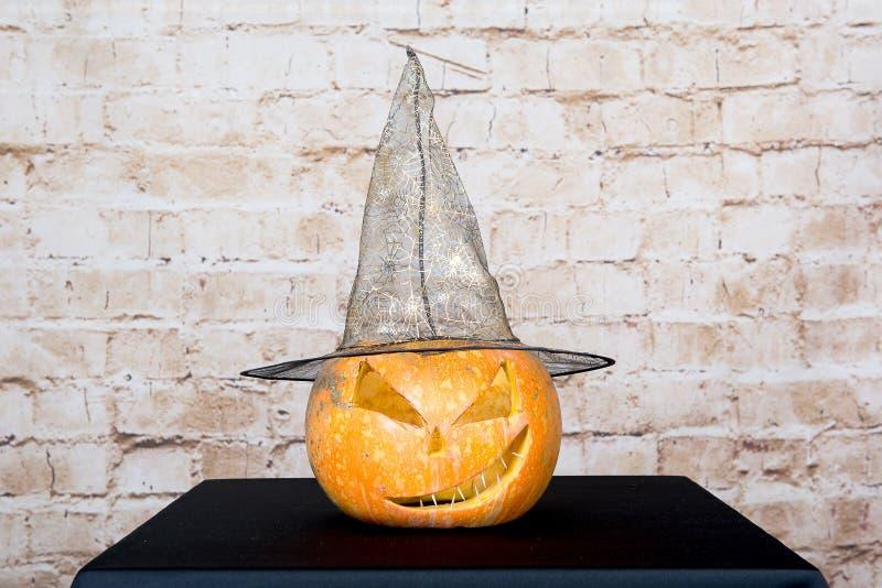 Autumn Pumpkin Thanksgiving Background - orange pumpor över trätabellen Pumpa på en svart bakgrund höstprodukt snidit arkivfoto