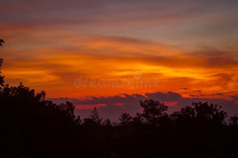 Autumn Autumn que iguala los cielos, sol anaranjado hermoso fijado sobre las montañas pacíficas imagen de archivo libre de regalías
