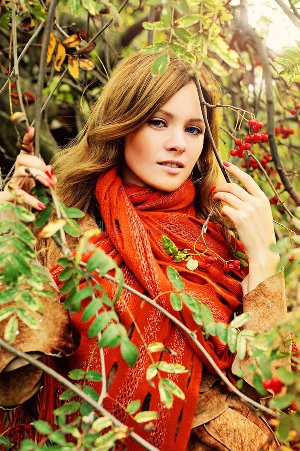 Autumn Redhead Woman Outdoors fotos de archivo libres de regalías