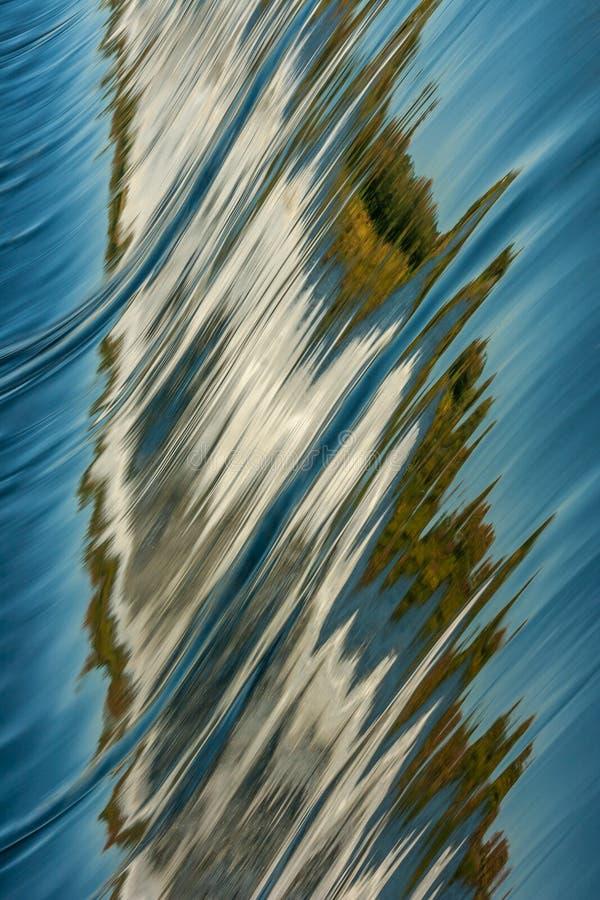 Autumn Reflections en agua de la presa foto de archivo libre de regalías