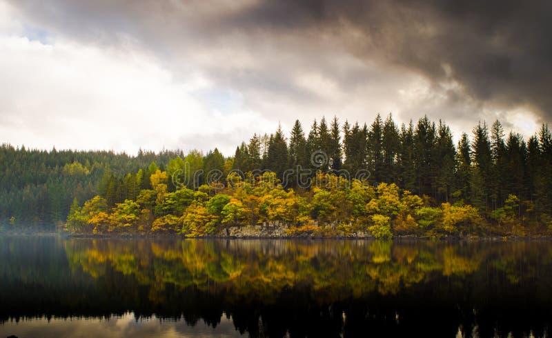 Autumn Reflections en el lago Ard imagen de archivo