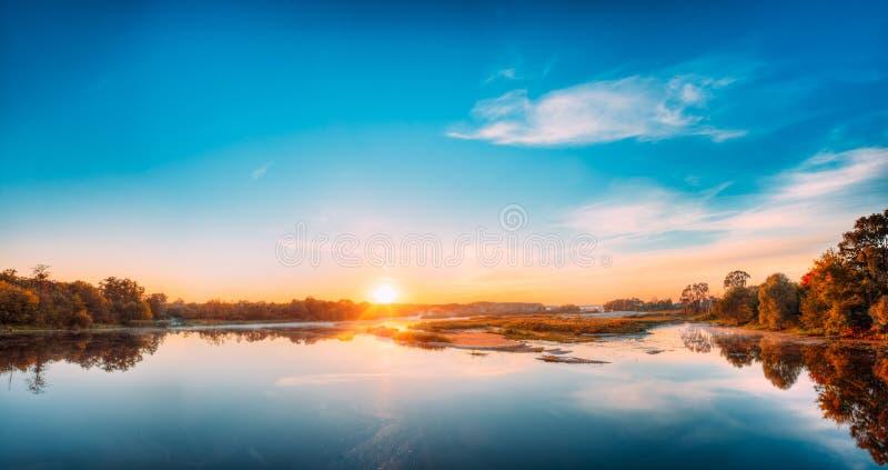 Autumn River Landscape In Belarus o parte europea de Rusia en la puesta del sol imagenes de archivo