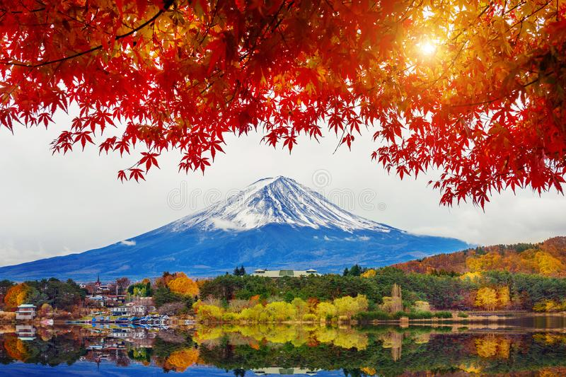 Autumn Season e montanha Fuji no lago Kawaguchiko, Japão fotografia de stock