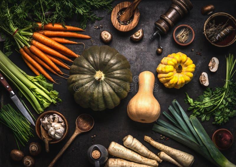 Autumn Seasonal Food Várias abóboras coloridas e vegetais orgânicos da exploração agrícola na mesa de cozinha escura, vista super imagens de stock