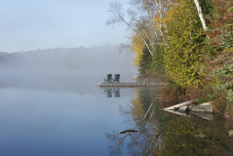 Autumn Shoreline en Dok op Misty Morning royalty-vrije stock foto