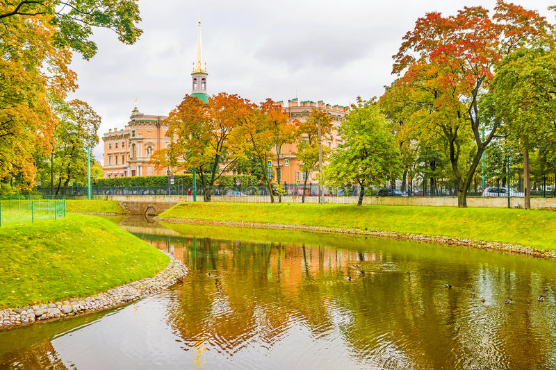 Autumn St Petersburg Vue du château de Mikhailovsky photographie stock libre de droits
