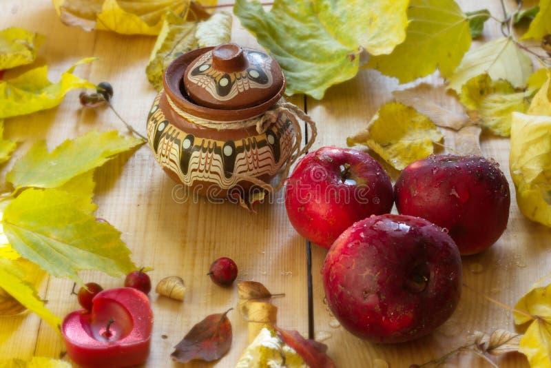 Autumn Still Life, Apple ahorró, la caída de la hoja del otoño, un barril de miel foto de archivo