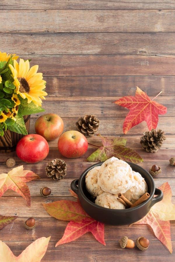 Autumn Still Life met het Roomijs van Toffeeapple met Kruimeltaarten stock afbeelding