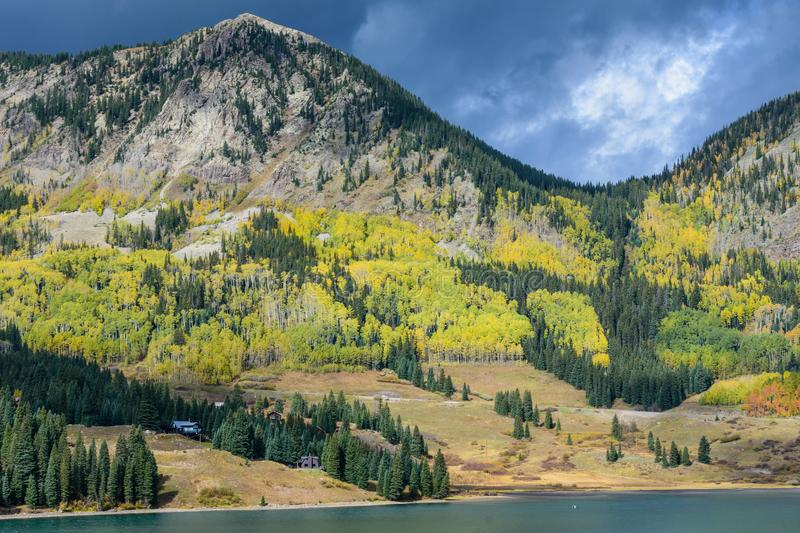 Autumn Storm Clouds sur le lac trout dans le San Juan Mountains de C photo libre de droits