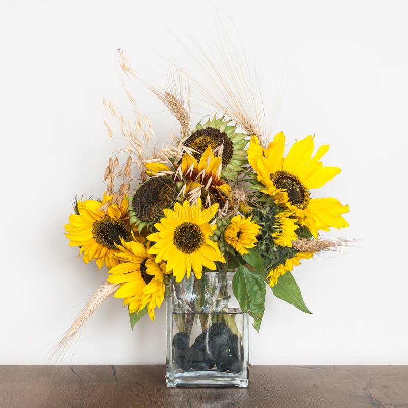 Autumn Sunflowers en un florero de cristal imagen de archivo