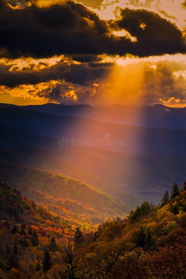 Autumn Sunrise i Smokiesen royaltyfri fotografi