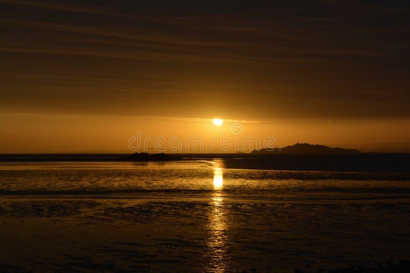 Autumn Sunrise sobre a praia e o mar imagem de stock