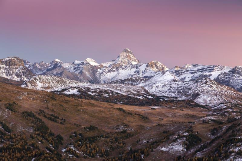 Autumn Sunset Landscape i den Banff nationalparken royaltyfri foto