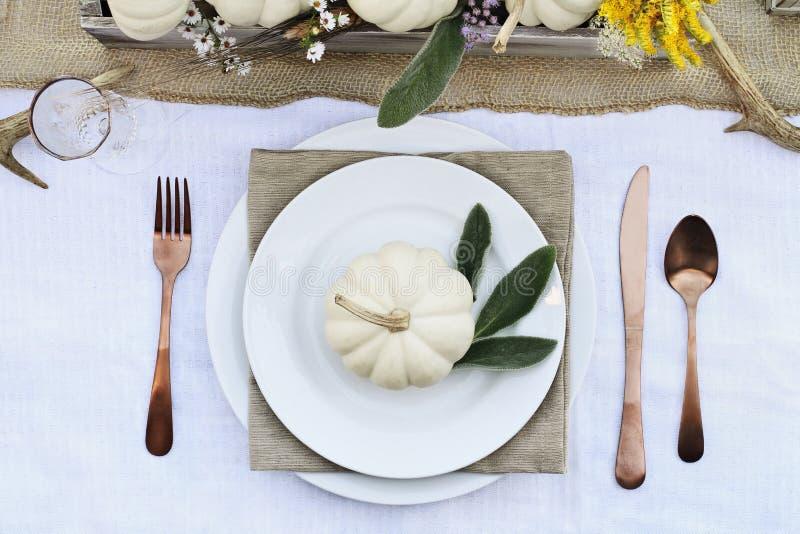 Autumn Table Setting avec Mini Pumpkins image stock