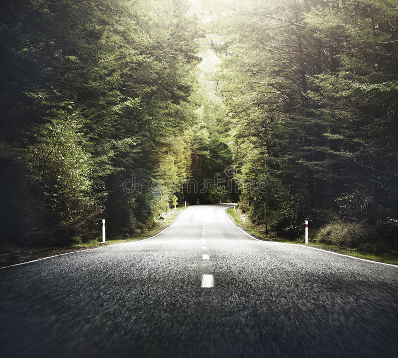 Autumn Themed Country Road With-Gebirgszug-Konzept lizenzfreies stockfoto