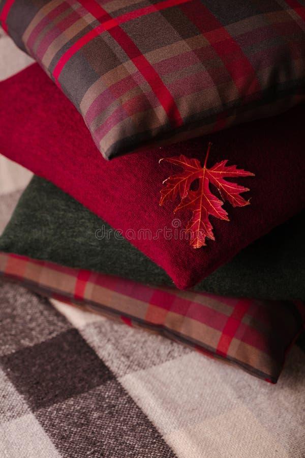 Autumn Time Comfort en warmte in het huis Comfortabele hoofdkussens op Th royalty-vrije stock foto's