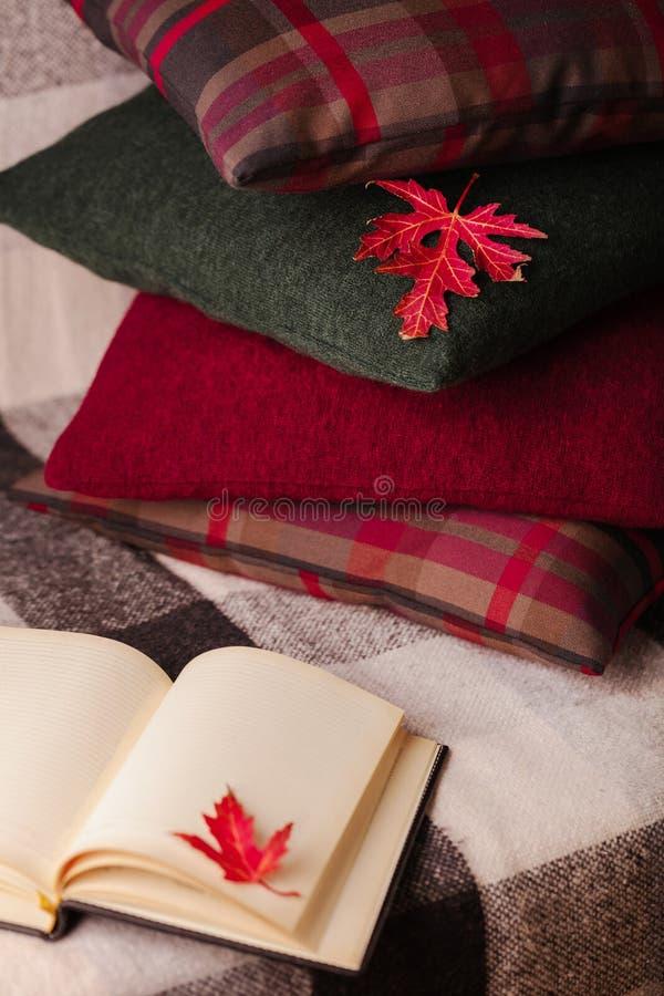 Autumn Time Comfort en warmte in het huis Comfortabele hoofdkussens op Th royalty-vrije stock afbeeldingen