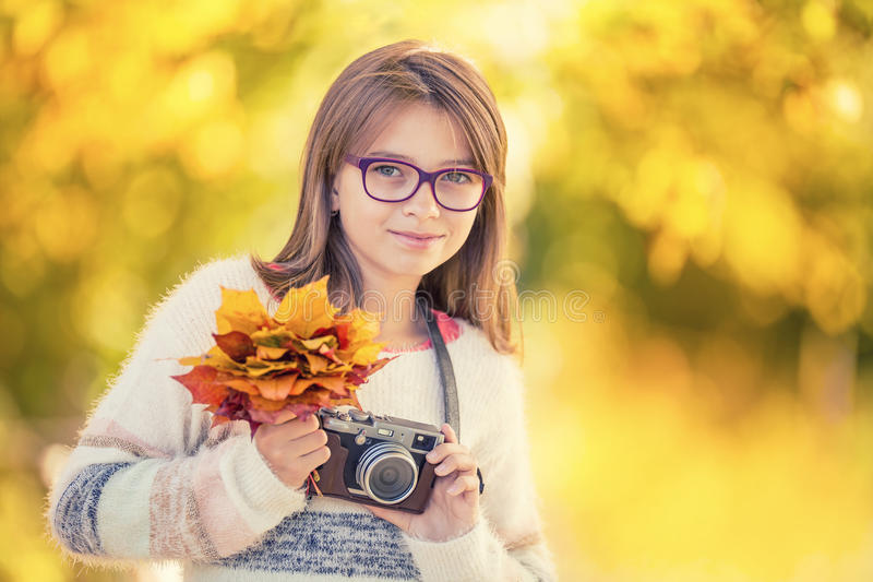 Autumn Time La ragazza sveglia attraente adolescente con il mazzo di autunno e la retro macchina fotografica Stagione di autunno  fotografie stock