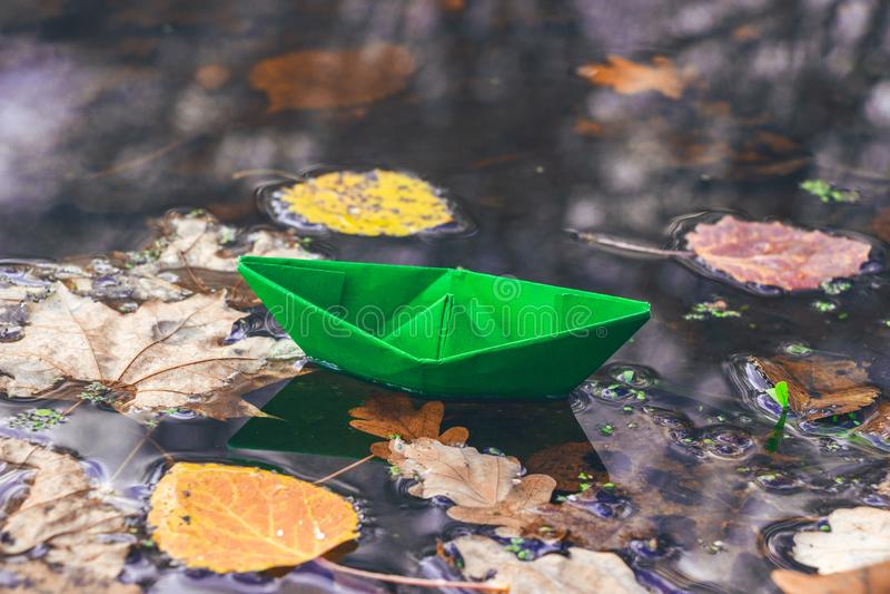 Autumn Time O barco de papel e as folhas secas caídas na água surgem Fundo bonito da natureza Adeus outono imagem de stock royalty free