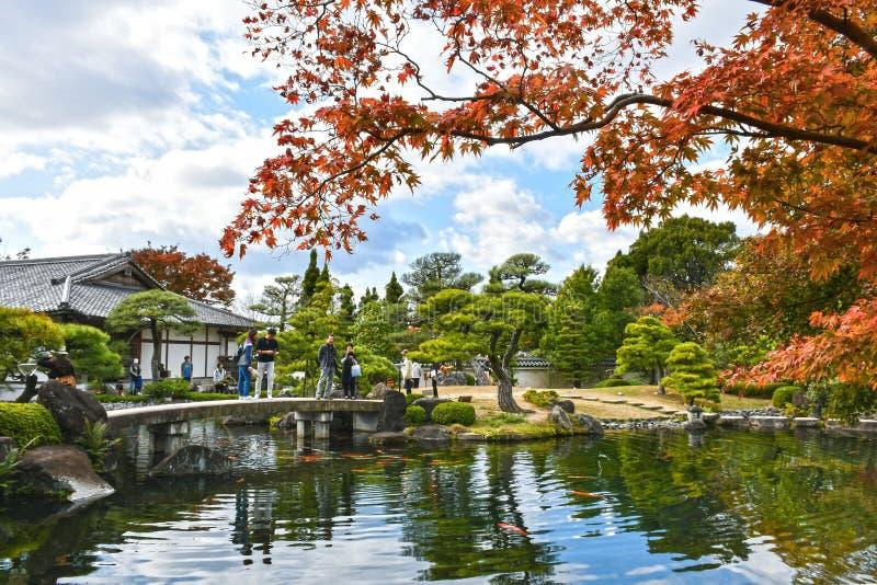 Autumn Travelers an Koko-en, Himeji, Japan stockbild