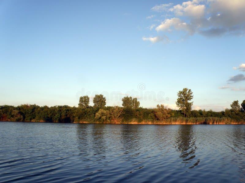 Autumn Trees-mier de Blauwe Rivier en de Hemel stock afbeelding