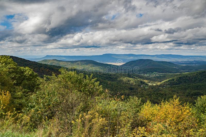 Autumn View Beldor Ridge, Massanutten berg och sidadal royaltyfria foton