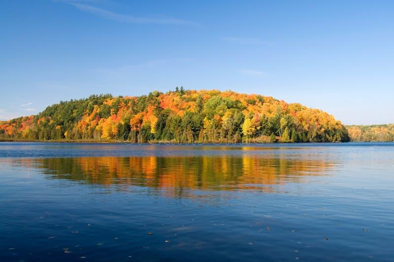Autumn View bonito do lago Meech no parque Quebeque de Gatineau foto de stock royalty free